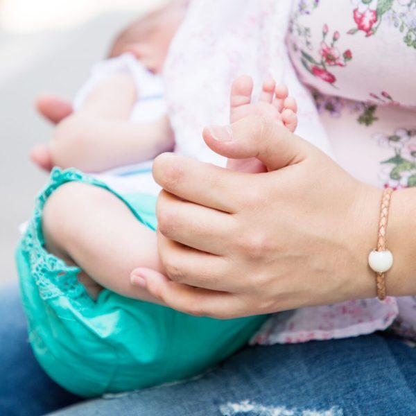 Pulsera de cuero trenzado natural y preciosa cuenta de leche materna